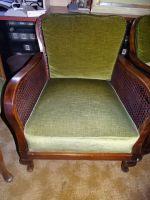 2-Sessel-mit-geflochtenen-Seiten-und-Rueckenteil-mit-Kissen
