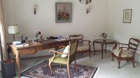 Schreibtisch-mit-Stuhl